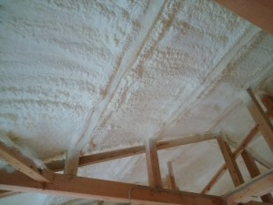 屋根の断熱材。屋根部分の空間いっぱいの厚みで吹きつけてあります。